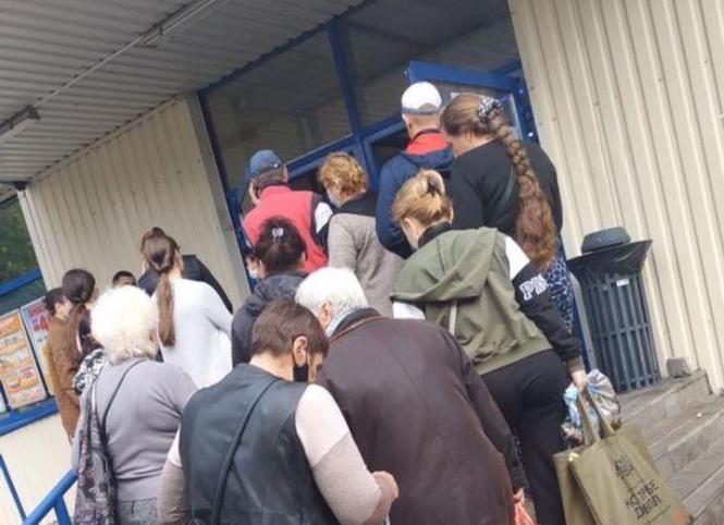 Жители Запорожской области устроили очередь в супермаркет: пускают по два человека (ФОТО)