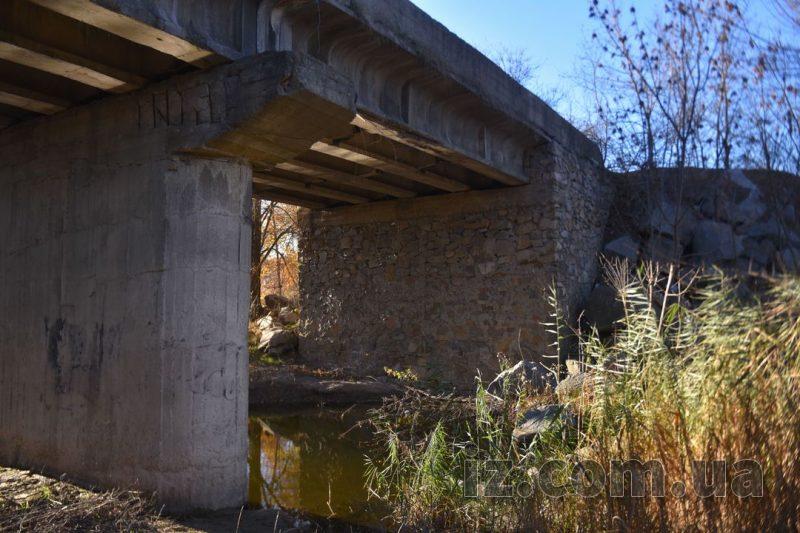 речка вытекает под мост