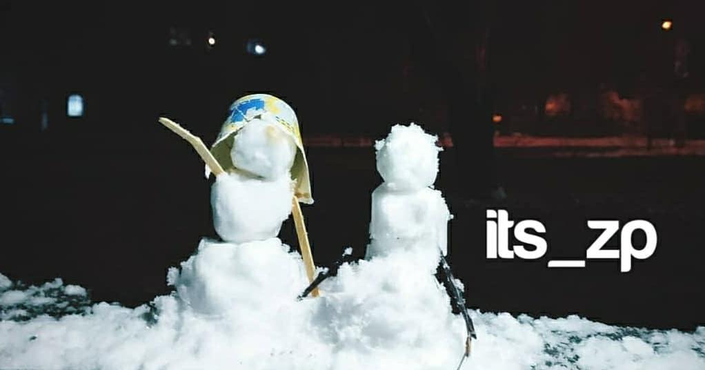 Смешные и милые: запорожцы похвастались первыми снеговиками (ФОТО)
