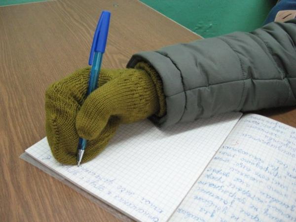 В классах 12 градусов тепла: в Запорожской области дети замерзают в школах