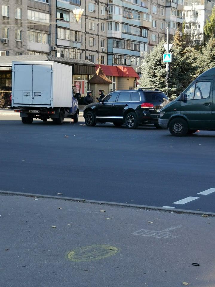 В Запорожье грузовик не поделил дорогу с легковушкой (ФОТО)