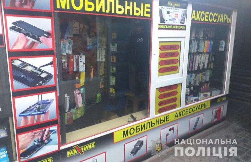 В Запорожье мужчина ограбил магазин мобильных аксессуаров