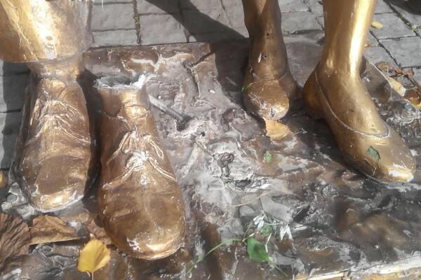 В Запорожье вандалы разбили памятник родителям в сквере Театрельном (ФОТО)