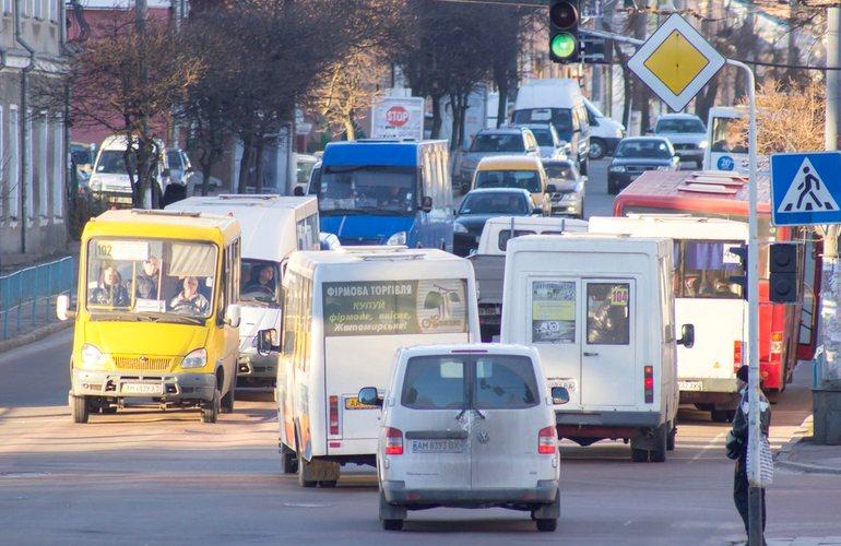 """Запорожские маршрутчки продолжают возить """"стоячих"""" пассажиров (ФОТО)"""