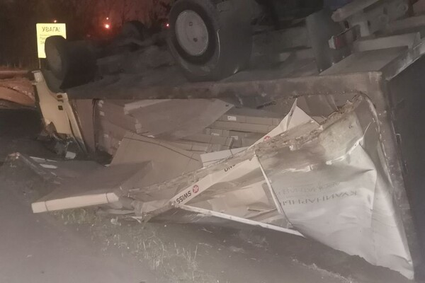На Хортице перевернулся грузовик: водителя забрали в больницу фото