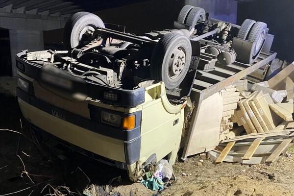 На Хортице перевернулся грузовик: водителя забрали в больницу фото 1