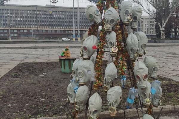 Символично: на Фестивальной поставили елку из противогазов фото