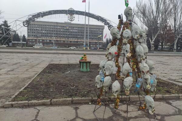 Символично: на Фестивальной поставили елку из противогазов фото 1