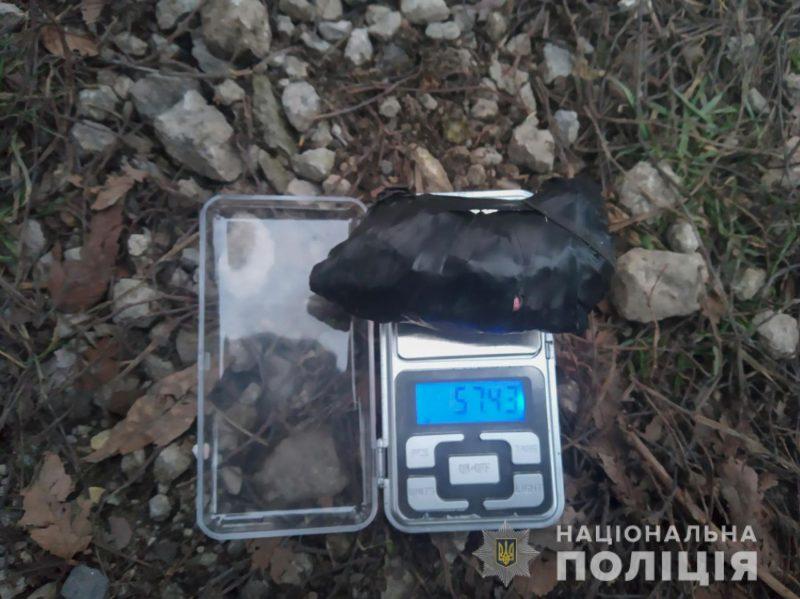 В центре Запорожья 20-летняя девушка попалась на закладке наркотиков