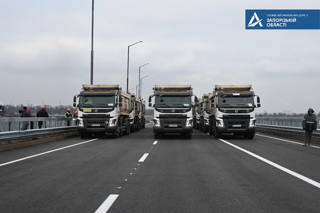 В Запорожье провели контрольную проверку нового моста перед открытием (ВИДЕО)