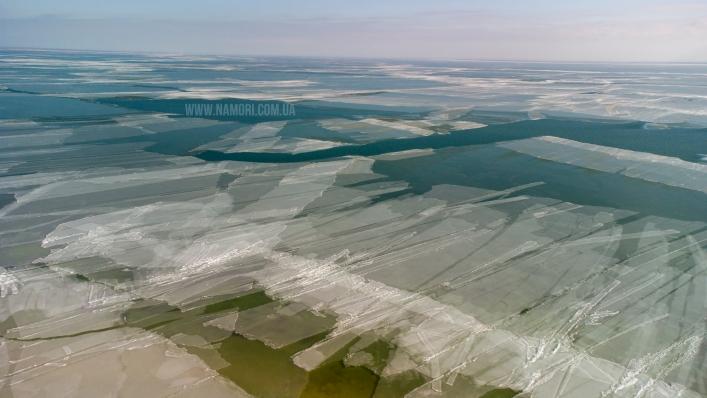 Инопланетный пейзаж: Молочный лиман покрылся льдом необычной формы (ФОТО)