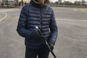 Удивительный городок: на Маяковского гулял мужчина с огромным мечом фото 1