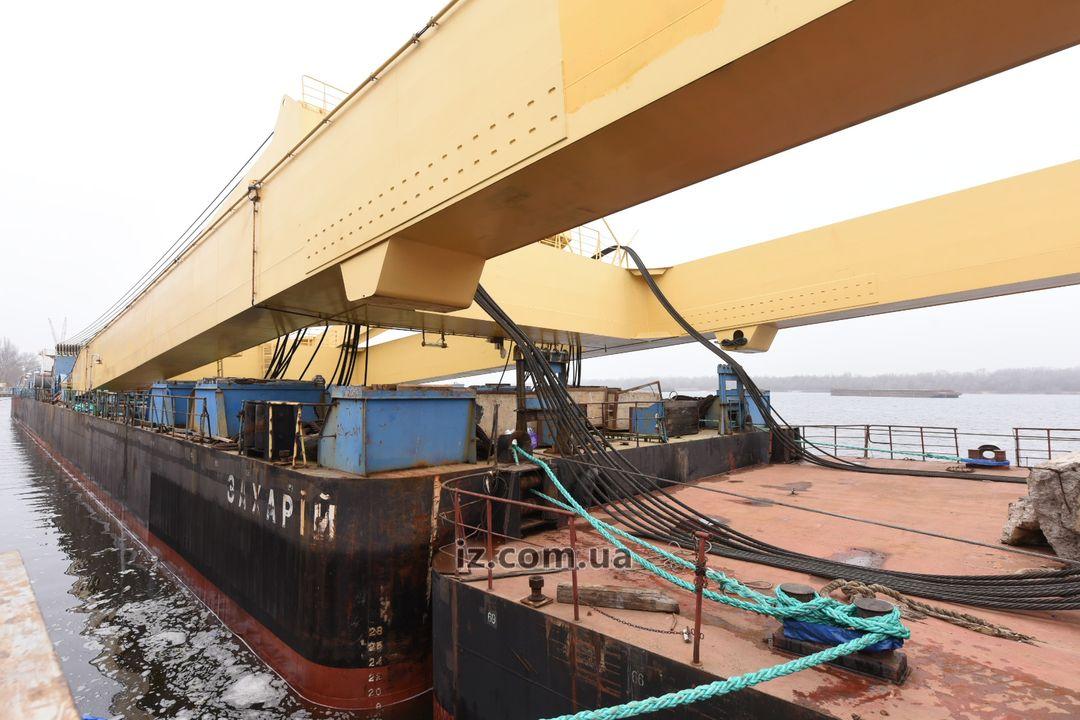 Самый мощный плавучий кран в Европе прибыл на площадку строительства вантового моста через Днепр