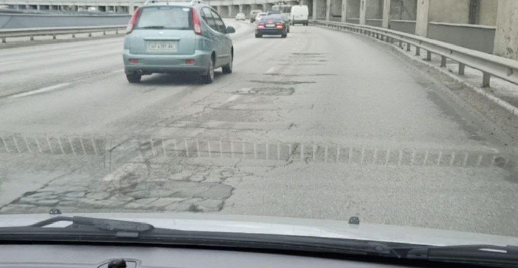 В Запорожье снова разрушается дорожное покрытие на плотине (ВИДЕО)