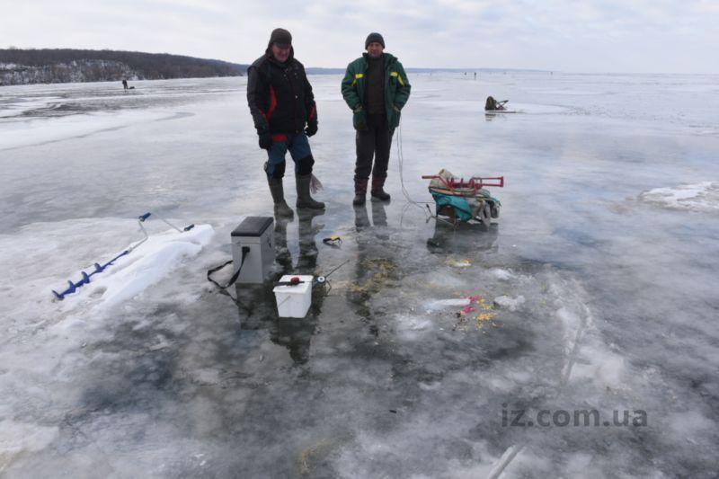 Сегодня спасатели на Каховском водохранилище объясняли, чем опасна зимняя рыбалка на льду