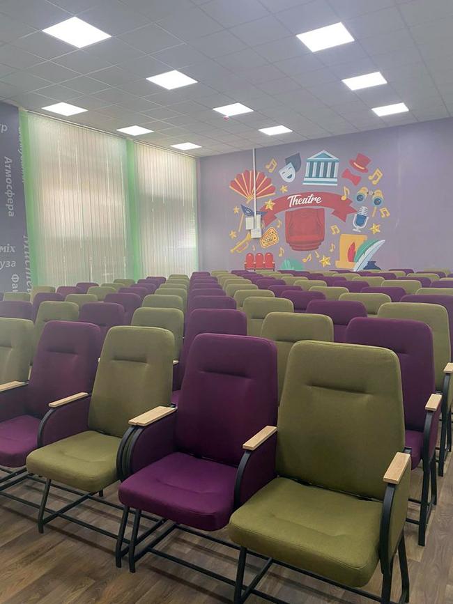 В актовом зале Охримовоской школы провели ремонт и установили дизайнерские кресла