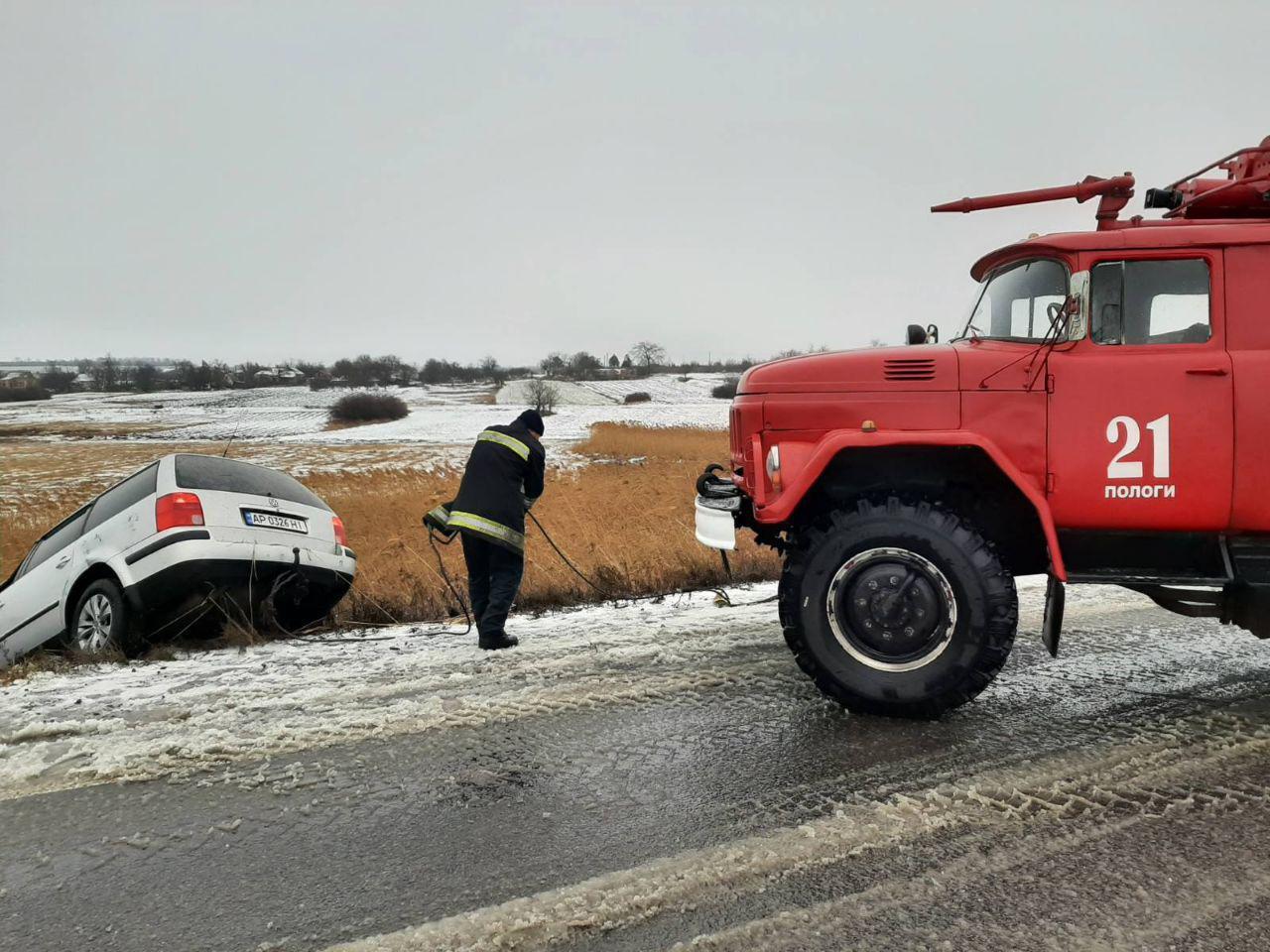 В Запорожской области в снежном плену оказались сразу несколько автомобилей (ФОТО)