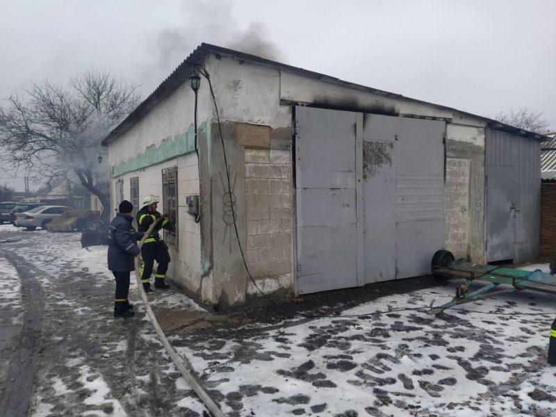 во дворе частного дома загорелся гараж