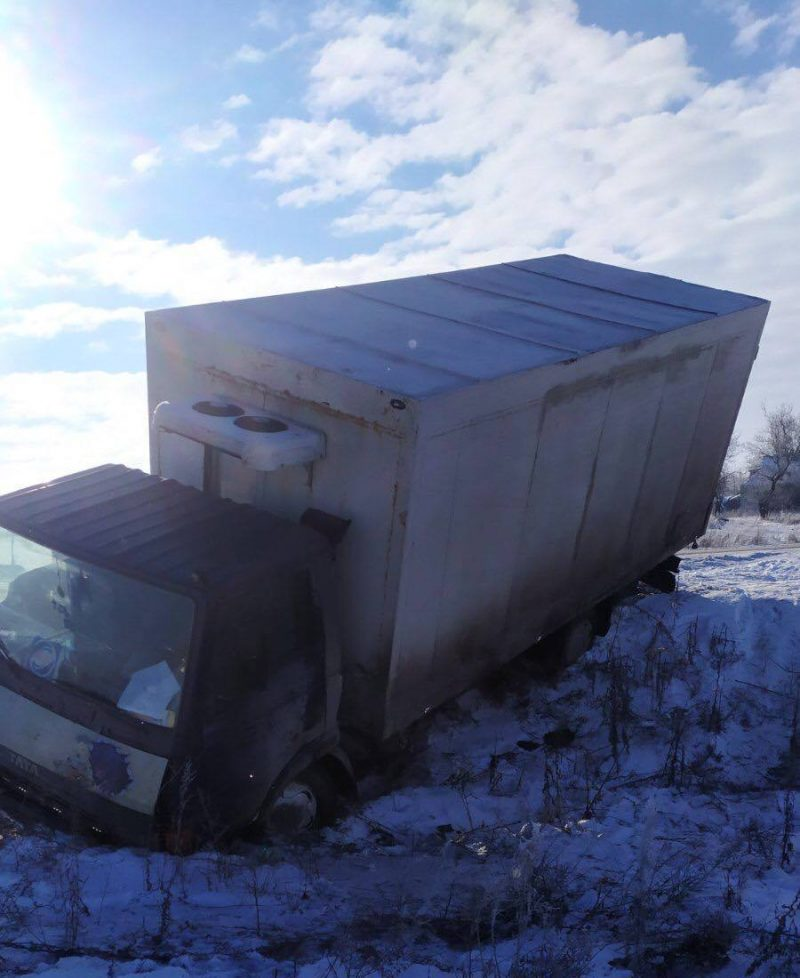 спасатели вытаскивали на дорогу грузовики
