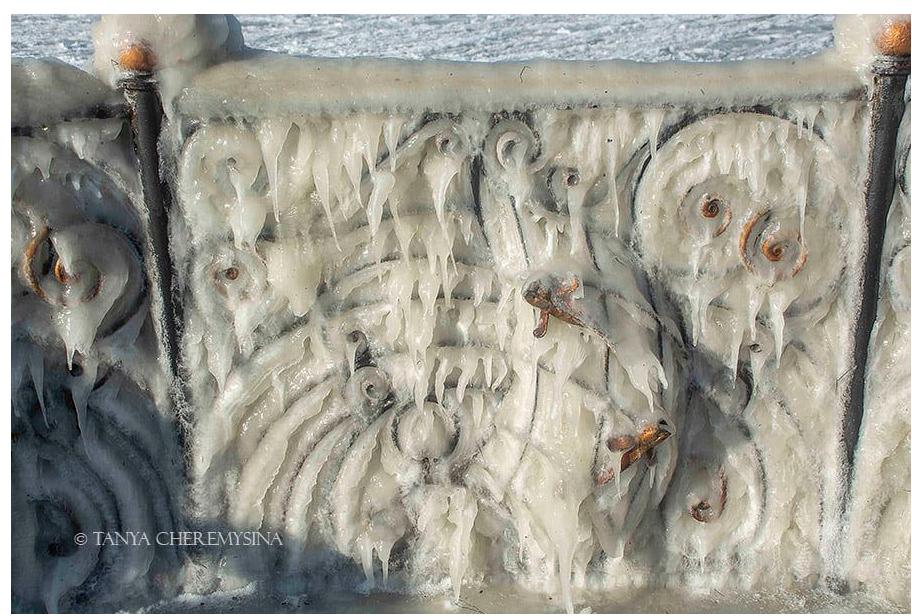 Курортный город в Запорожской области превратился в ледовую сказку (ФОТО)
