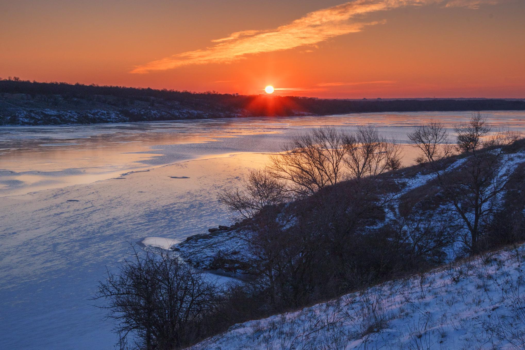 Рассвет цвета крови: запорожский фотограф запечатлел морозное утро над Хортицей (ФОТО)