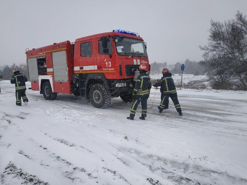 В Запорожье из-за гололедицы несколько грузовиков съехали в кювет