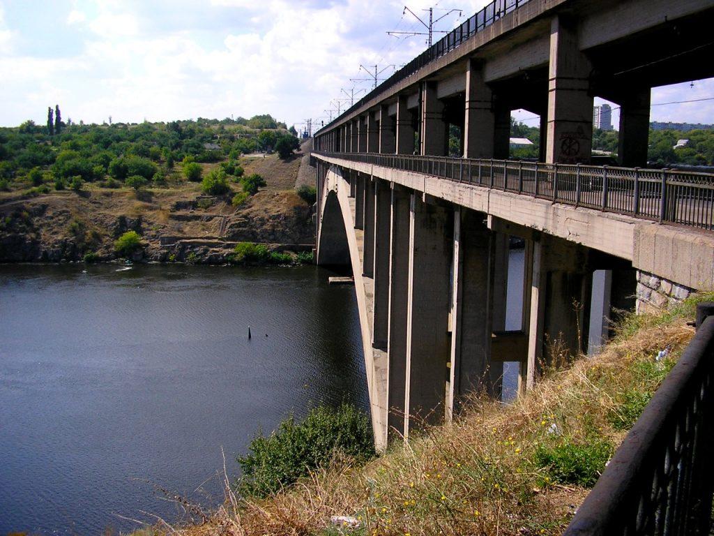 В Запорожье просят запретить проезд фур через мосты Преображенского: подробности