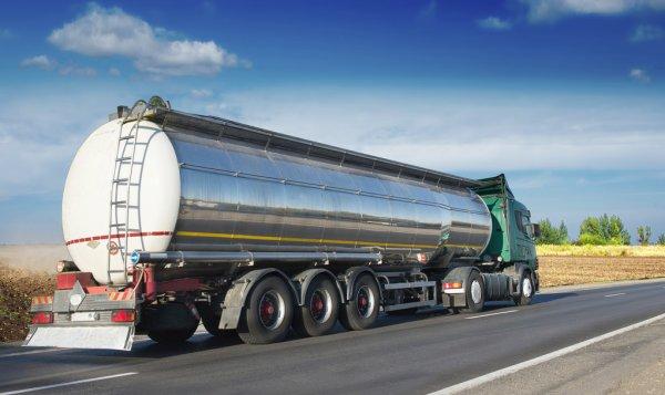Авто ездили по тротуарам: в центре Запорожья бензовоз стал причиной огромной пробки (ФОТО)