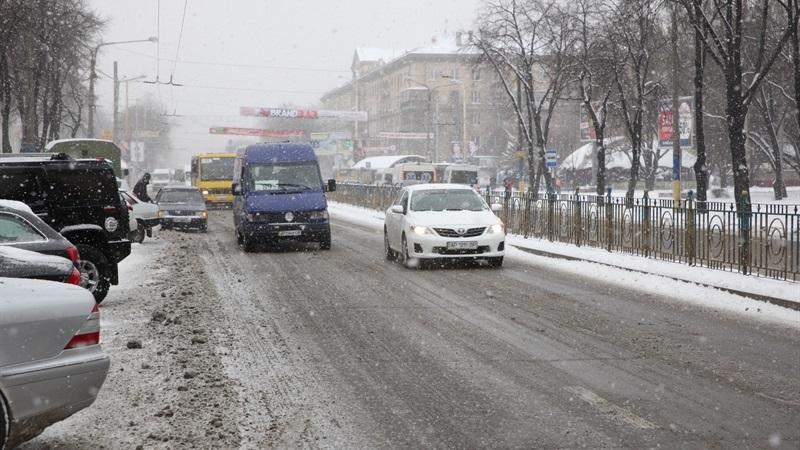 Борьба со стихией: в Запорожье на заснеженных трассах работают десятки единиц спецтехники (ФОТО)