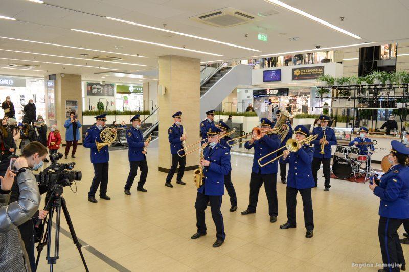 Накануне Дня Нацгвардии в запорожском торговом центре играл военный оркестр