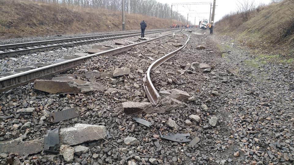 Перегон, где поезд «Киев-Запорожье» сошел с рельсов, закрыт: подробности (ФОТО)