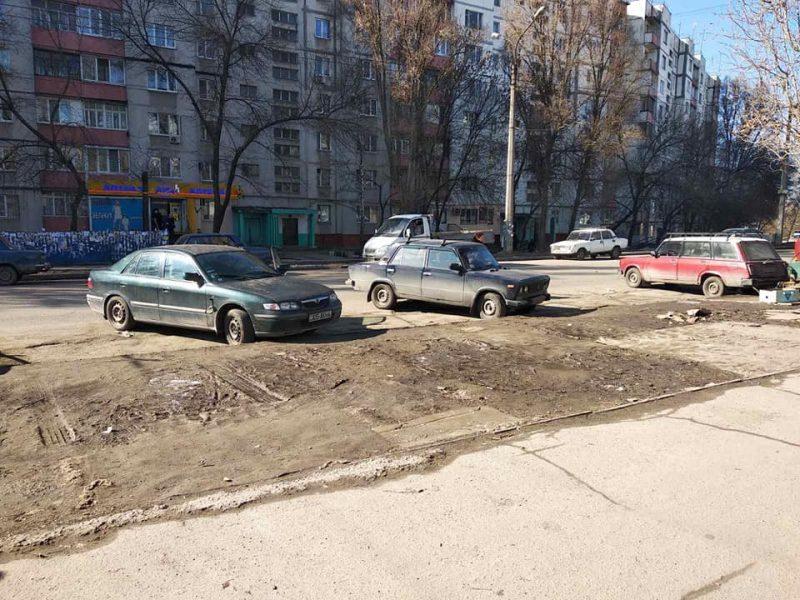 Местные жители жаловались, что на прилегающей к рынку территории бетонные блоки создают неудобства