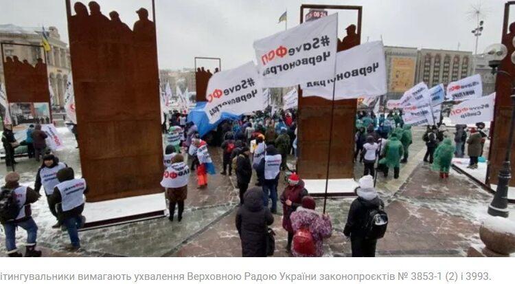 """В Україні тривають протести підприємців, які об'єдналися в рух SaveФОП. Вони відмовляються від прозорого обліку своїх оборотів за допомогою касових апаратів чи спеціальних програм. Саме під їхнім тиском Рада відтермінувала нововведення на цілий рік. <div class=""""googleDoubleBanner --marginTop_20 --marginBottom_20""""></div> Але і це ФОПів не задовольнило. За словами самих підприємців, у них занадто малий обіг, обладнання дуже дороге і через нововведення, навіть відстрочене, багато хто буде змушений закритися. Хто насправді організував протест – читайте в<a href=""""https://www.obozrevatel.com/ukr/"""" target=""""_blank"""" rel=""""noopener noreferrer"""">OBOZREVATEL</a>. <strong class=""""newsFull_textHeading"""">Хто керує протестом?</strong> Організація """"Рух """"ЗбережиФОП"""" з'явилася 19 червня 2020 року внаслідок перейменування ГО """"Ліга підприємців України"""". Її засновники:<b>Сергій Доротич, Кетіно Равлюк, Владислав Орлов, Мирослав Данилків та Костянтин Садовський.</b>За інформацією ЗМІ, саме """"Ліга підприємців України"""" """"здала"""" свого часу """"податковий майдан"""". Цікавими є й особи самих організаторів протестів. Наприклад, Кетіно Равлюк розповідає в інтерв'ю, що торгує на базарі """"ганчірками"""". Але насправді вона власниця мережі магазинів Ketino у Львові й інших містах. <ul> <li>Владислав Орлов –<b>власник мережі """"Оптик Ленд"""", що складається з трьох магазинів.</b></li> <li>Сергій Доротич і Мирослав Данилків – не тільки ФОПи, але й<b>засновники багатьох юридичних осіб.</b></li> <li>Костянтин Садовський – сьогодні<b>ФОПом не є.</b></li> </ul> <strong class=""""newsFull_textHeading"""">Чи мають вони право працювати без РРО?</strong> На спрощену систему оподаткування в Україні можуть претендувати ФОП 1, 2 і 3 груп. Згідно із законом вони платять лише єдиний податок. <ul> <li>До ФОП 1 групи належать ті підприємці, які не використовують працю найманих осіб. Їхній обсяг доходу протягом календарного року не перевищує 1 002 000 гривен. Для ФОП 1 групи введено податок: 227 грн/міс.</li> <li>ФОП 2 групи – це підприємці,"""