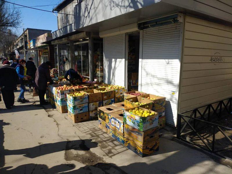 На проспекте Металлургов лотки с фруктами и овощами выставляют прямо на пешеходную часть