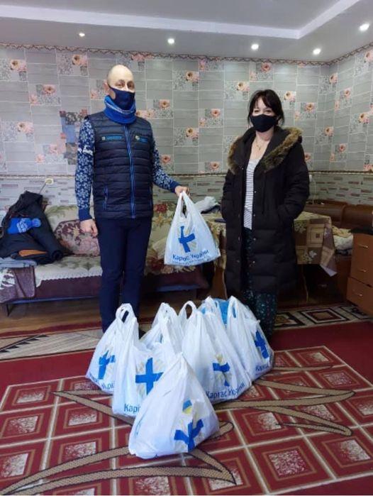 Юрий Вдовцов с волонтером из Приморска