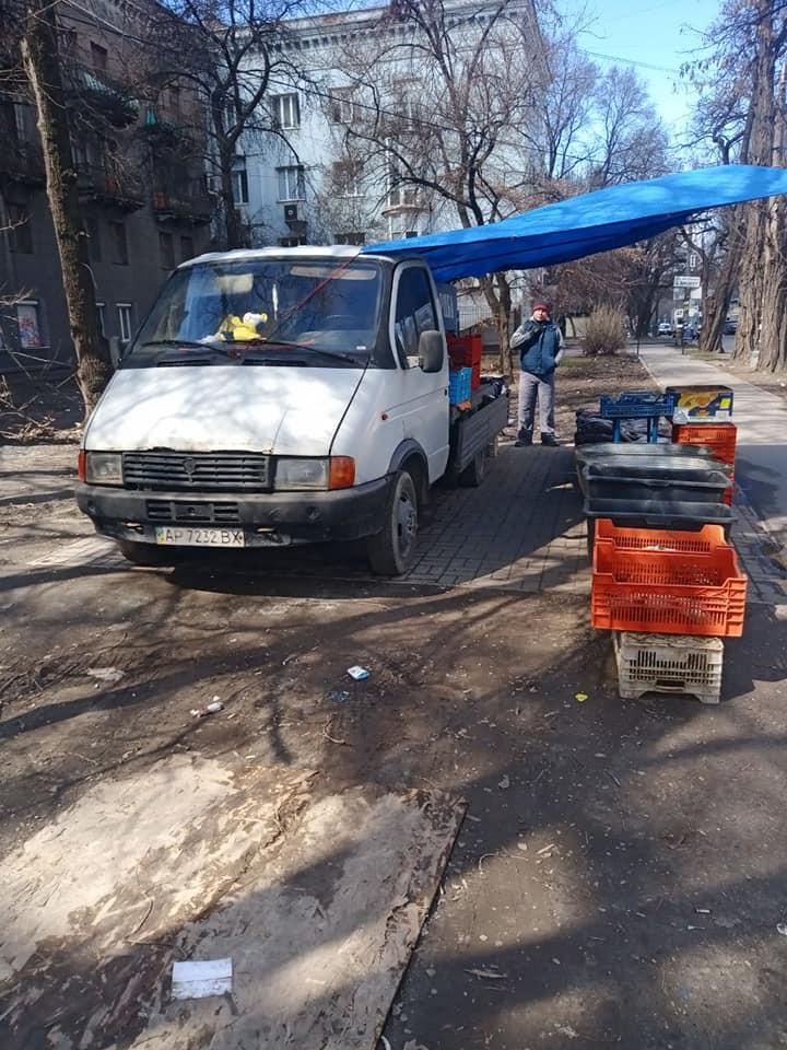 В Запорожье посреди улицы торговали рыбой