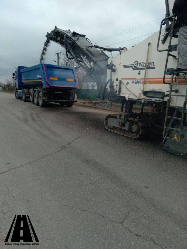 В Запорожской области продолжается ремонт важной дороги - фото