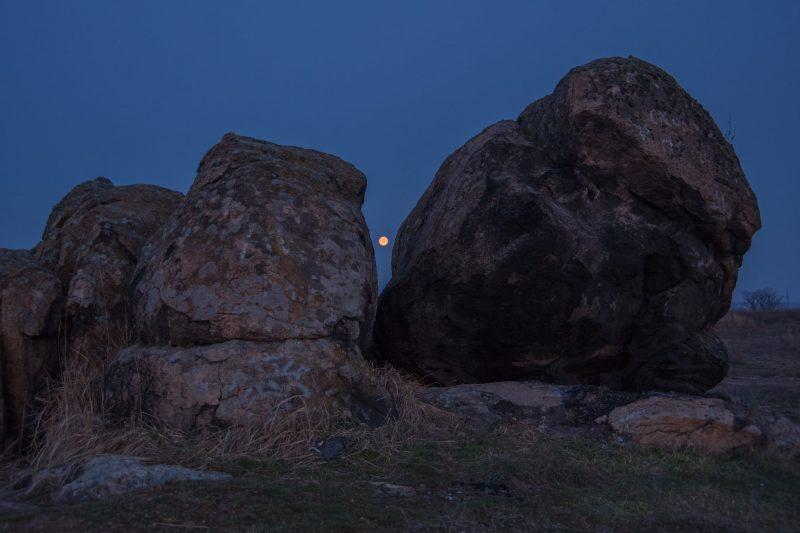 Запорожец показал удивительный малиновый рассвет над Хортицей- фото