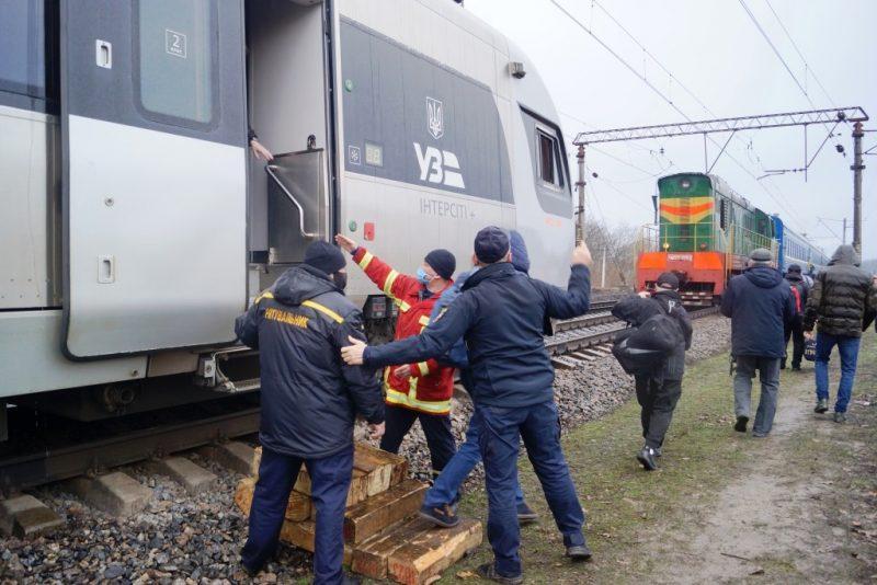 Спасатели помогли пассажирам поезда, который сошел с рельсов в Днепропетровской области- фото