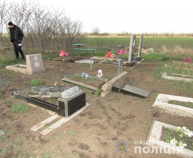 Родители парня согласились возмещать убытки за разбитые памятники пострадавшим односельчанам