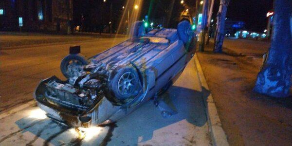 На запорожском проспекте пьяный водитель перевернулся на легковушке (ФОТО)