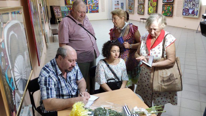 Юрий Перхуров раздает автографы читателям своей первой книги