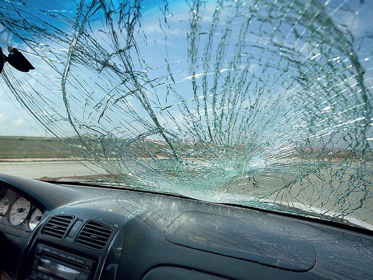В Бердянске Mercedes снес электроопору: водитель был пьян - СМИ (ФОТО)