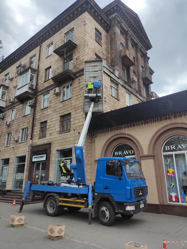 Незаконную вывеску демонтировали на проспекте Соборном, 149
