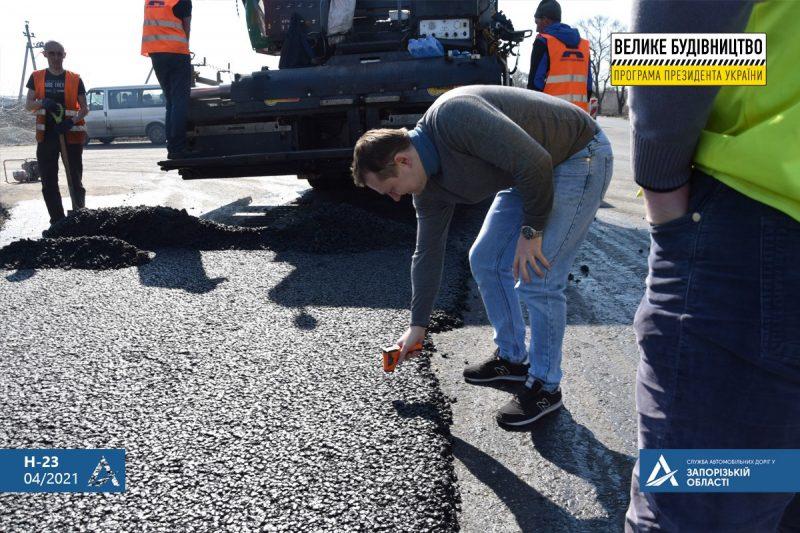 проверяют качество дорожного покрытия