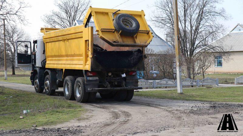В Запорожской области устраняют ямы на убитой дороге - фото
