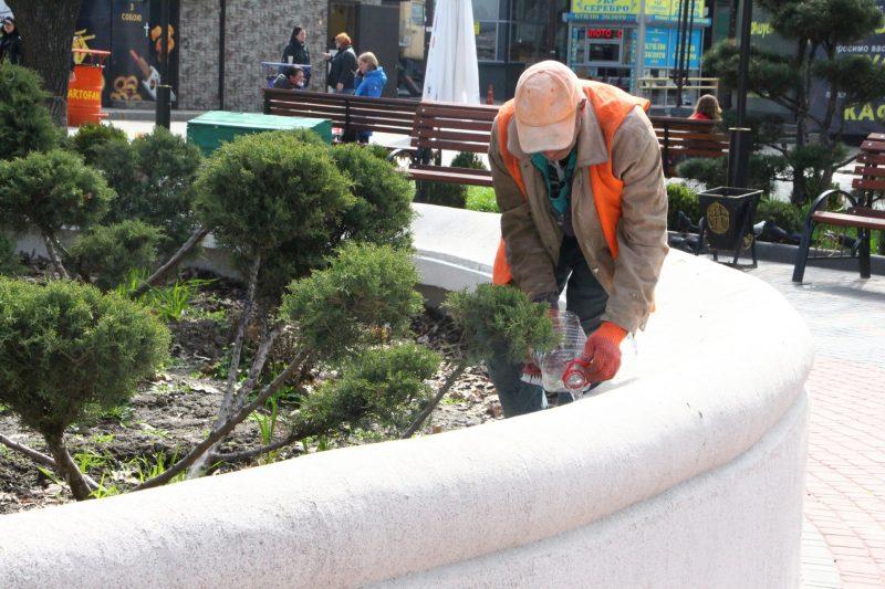 Восстанавливают декоративную отделку чаши фонтана