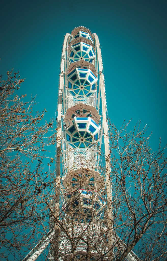 Цветы, облака и голубое небо: весна в Бердянске глазами фотографа - фото