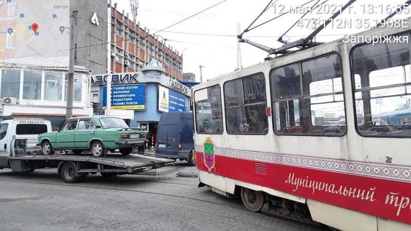 На Центральном рынке Запорожья водитель припарковался прямо на трамвайных путях