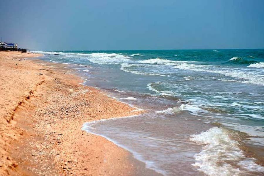 Отдыхающие негодуют: в Кирилловке по пляжу рассекал мотоциклист (ВИДЕО)